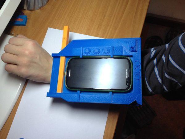 Мобильный держатель Pip-Boy на руке создателя